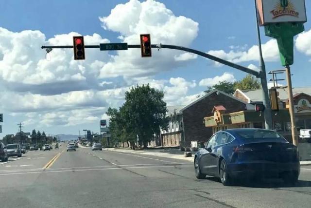 خودرو از چراغ سبز